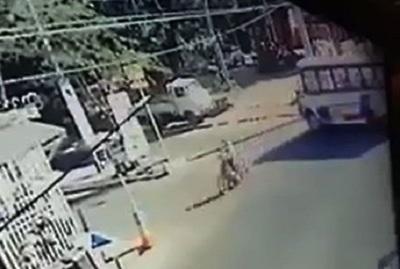 Bus chatarra ocasiona accidente de motociclista en San Antonio