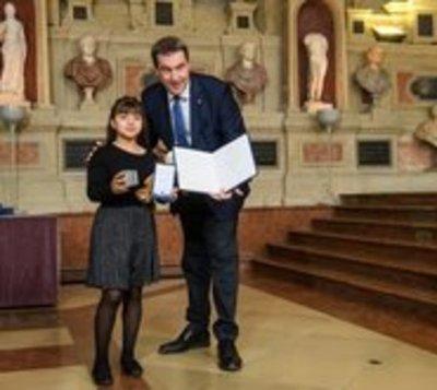 Primer ministro alemán condecora a niña paraguaya por salvar a mujer