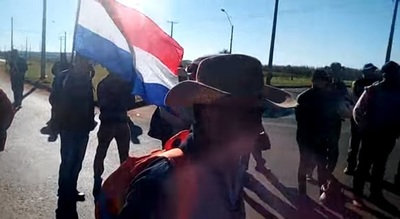 Labriegos cierran ruta por un precio justo de la mandioca
