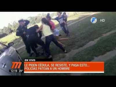 Policías agreden a joven