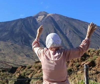 La abuelita que recorre el mundo con mochila y bastón