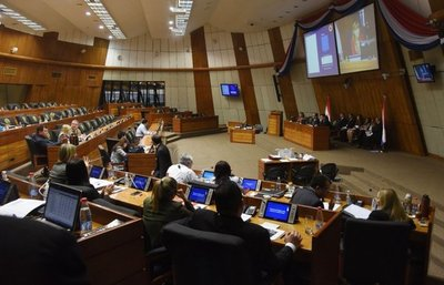 """Parlamentarios otorgaron aumentos """"mau"""" de hasta 250% a funcionarios"""