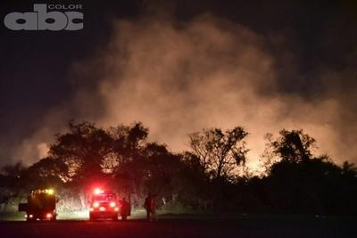 Vientos dificultaron trabajos de bomberos en incendio de pastizales en Villeta