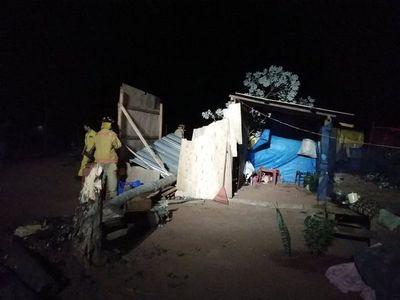 Árbol cayó sobre una precaria vivienda en Ypané
