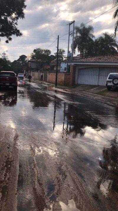 """""""Río madrugador"""" riega calles recién recapadas"""