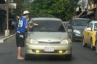 Policía se declara impotente ante limpiavidrios