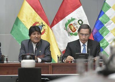 Presidentes de Bolivia y Perú hablan de comercio a orillas del mar