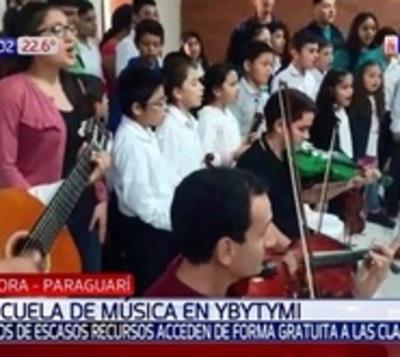 Niños de escasos recursos acuden a clase de música gratis en Ybytimí