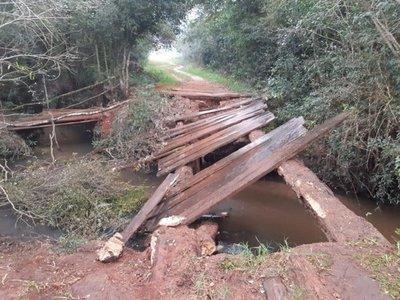 Reparan puentes de madera en Repatriación