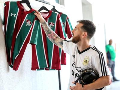 Fluminense obsequia su camiseta a futbolistas argentinos