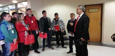 Riera se reúne con docentes despedidos por el MEC