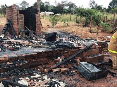 Humilde familia pierde todo tras incendio de su vivienda en Itapúa