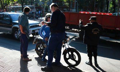 Con respaldo de empresa conciencian a motociclistas con colocación de focos