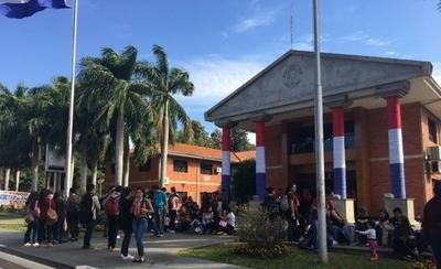 HOY / Docentes y estudiantes de Obstetricia sitian Rectorado de la UNA y exigen nivelación salarial