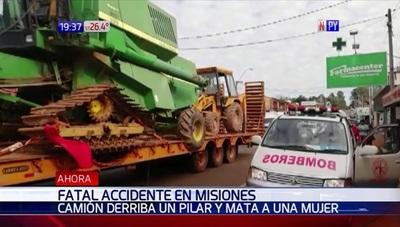 Camión derriba pilar de cemento y mata a mujer