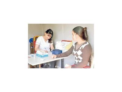 Salud asiste a damnificados albergados en José Falcón