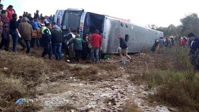 Autobús se vuelca en Argentina y deja al menos 13 muertos