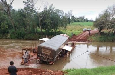 HOY / Camión repleto de fertilizantes cae al río