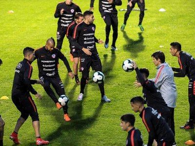 Con plantilla completa y frío, Chile realiza última práctica en Porto Alegre