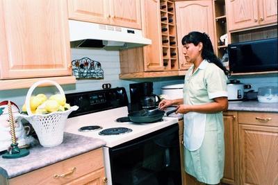 Abdo Benítez promulgó ley que establece salario mínimo para trabajadoras domésticas