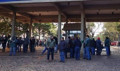 HOY / Funcionarios de la ANDE se manifiestan en sede Boggiani y exigen destitución de tres jefes