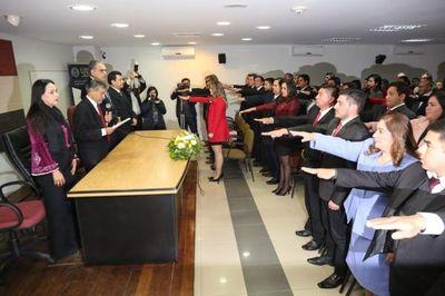 Ministro de la Corte tomó juramento a 50 abogados
