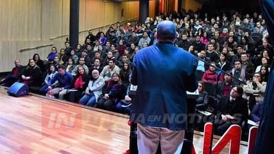 DINÁMICO ENCUENTRO DE TESISTAS E INVESTIGADORES EN LA UNAE.