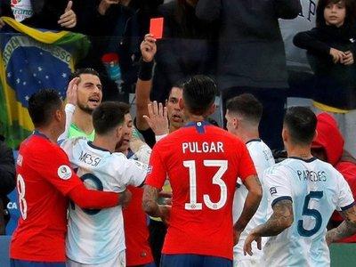 Argentina gana 2-0 tras un primer tiempo bronco con Messi y Medel expulsados