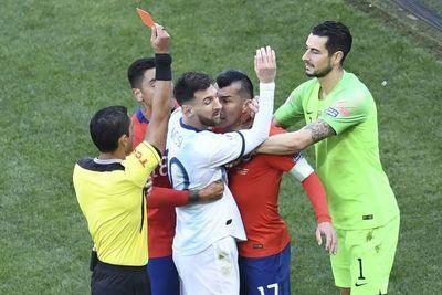 Díaz de Vivar expulsó a Messi y Medel