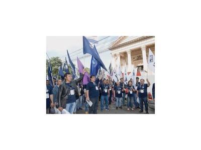Docentes anuncian huelga y MEC promete más recursos