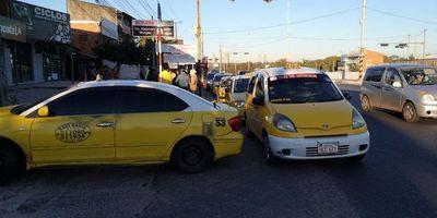 Taxista bloquean calles en Roque Alonso para presionar a concejales