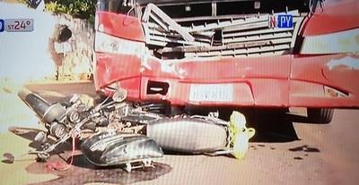 Motociclista muere tras embestir contra bus