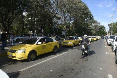 Taxistas se movilizan frente a la Municipalidad de Asunción