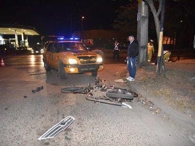 Motociclista muere arrollado por un vehículo y conductor se da a la fuga