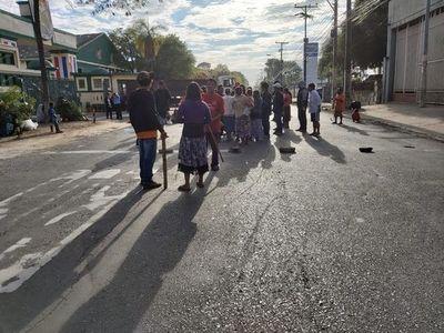 Indígenas cierran avenida Artigas y provocan caos en el tráfico