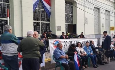 HOY / Funcionarios públicos protestan frente a Hacienda y exigen equiparación de haberes jubilatorios