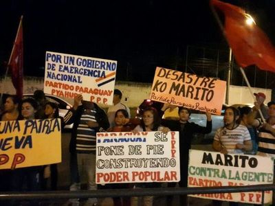 Durante escrache, solicitan renuncia de Mario Abdo Benítez