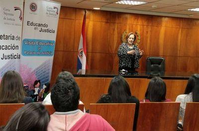 Universitarios visitan el Palacio de Justicia de Asunción