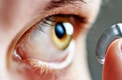 Joven olvidó sacarse los lentes de contacto para bañarse y quedó ciego
