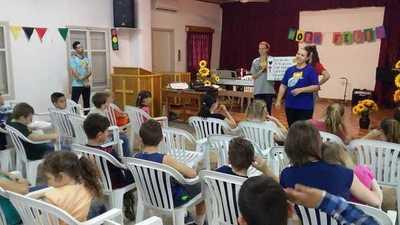 Alumnos del Lippen invitan a niños a conocer a Dios con juegos y dinámicas
