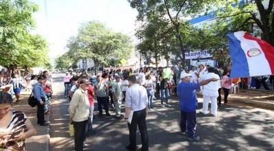HOY / Funcionarios de Clínicas van  a huelga 15 días: ya no hay   plata para atender, afirman