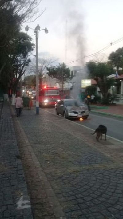 Un vehículo se incendia frente a la basílica de Caacupé