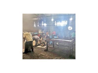 Allanan carbonería y rescatan a obreros en estado delicado