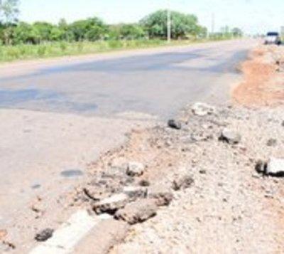 Cuidado al viajar: Enorme bache daña a vehículos