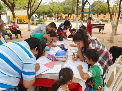 Niños hicieron tareas de Matemáticas en clases gratuitas en el parque