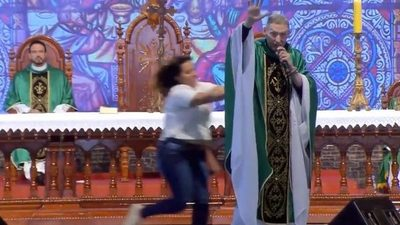 En plena misa, una mujer empujó y tiró del escenario al famoso sacerdote brasileño Marcelo Rossi