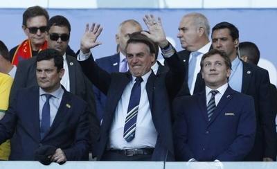 """HOY / Bolsonaro tilda como """"show"""" la denuncia de Messi de corrupción"""