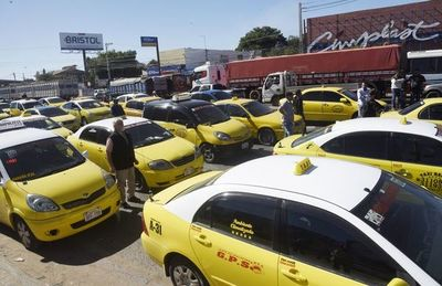 Protesta de taxistas desde las 6:00
