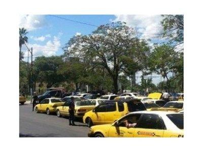 Taxistas bloquean paradas de colectivos