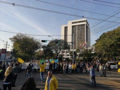 Taxistas impiden libre tránsito y bloquean paradas de colectivos